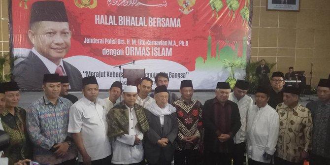 """Kapolri Jenderal Tito Karnavian menghadiri acara halalbihalal dengan ormas Islam di Pancoran, Jakarta Selatan. Dalam kesempatan tersebut, Tito bicara tentang pentingnya dialog dalam proses penyelesaian suatu persoalan. """" Dialog jadi kunci penting untuk penyelesaian sebuah persoalan, """" kata Tito dalam acara halalbihalal dengan ormas Islam di gedung Smesco, Pancoran, Jakarta Selatan, Kamis (20/7/2017). Menurut Tito, dalam kehidupan sehari-hari memang banyak orang berharap dialog jadi salah satu langkah untuk menuntaskan permasalahan. Akan tetapi kadangkala juga dialog itu tidak menghasilkan solusi. """" Kita memang mengharapkan ada dialog dalam penyelesaian permasalahan, namun sering kali dialektik juga tidak dapat dihindarkan, """" jelasnya. """" Sekarang bagaimana kita mengelola dialektik tersebut untuk dibentuk menjadi dialog, """" sambungnya. Dia lantas membahas pentingnya umat Islam dalam melindungi keutuhan bangsa. Menurut dia, sejarah tidak dapat dilepaskan bahwa umat Islam sudah berkontribusi besar dalam membangun serta melindungi NKRI. """" Unsur umat Islam adalah unsur yang sangatlah penting serta mempunyai sejarah yang penting, yang tidak dapat dilepaskan, """" ujarnya. Tito juga menjelaskan siap bekerja sama dengan umat Islam untuk wujudkan kerukunan bagi Indonesia. Tugas melindungi keutuhan bangsa, sebagai tanggung jawab seluruh elemen bangsa. """" Kami siap bekerja sama, kita miliki tanggung jawab bersama untuk melindungi NKRI ini, """" tuturnya. Hadir dalam kegiatan ini Ketua Umum MUI KH Ma'ruf Amin, Ketua Dewan Pertimbangan MUI Din Syamsuddin, serta beberapa perwakilan ormas lainnya. Beberapa petinggi utama Mabes Polri juga hadir di acara ini."""