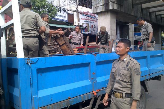 Penertiban Trotoar Jatibaru, 23 Motor dan 45 Lapak Diangkut Petugas