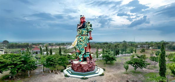 Patung Dewa Perang Cina Yann Berada di Tuban Di Tutup Kain Putih
